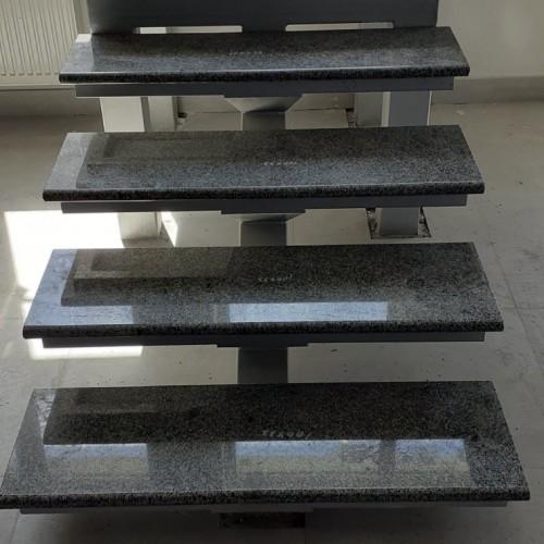 Сходи гранітні на металевій основі.